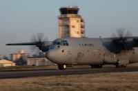 横田基地のC-130J、フォックスロット誘導路で強襲着陸作戦訓練の画像