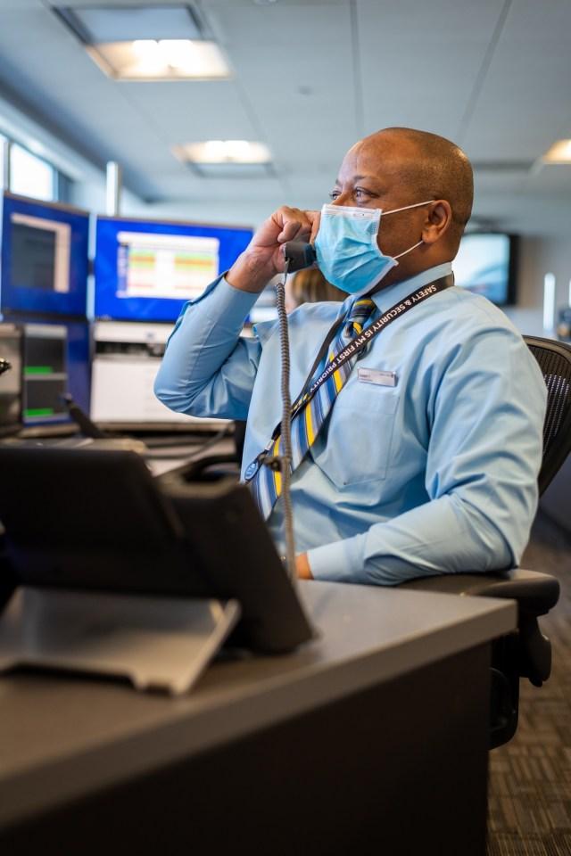 ニュース画像 1枚目:ユナイテッド航空の従業員が高齢者にウェルネスコール