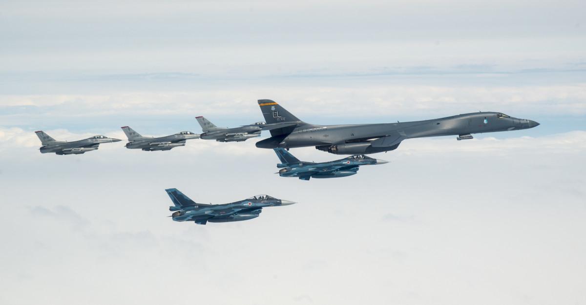 ニュース画像 1枚目:B-1Bランサーを先頭に空自F-2と三沢F-16