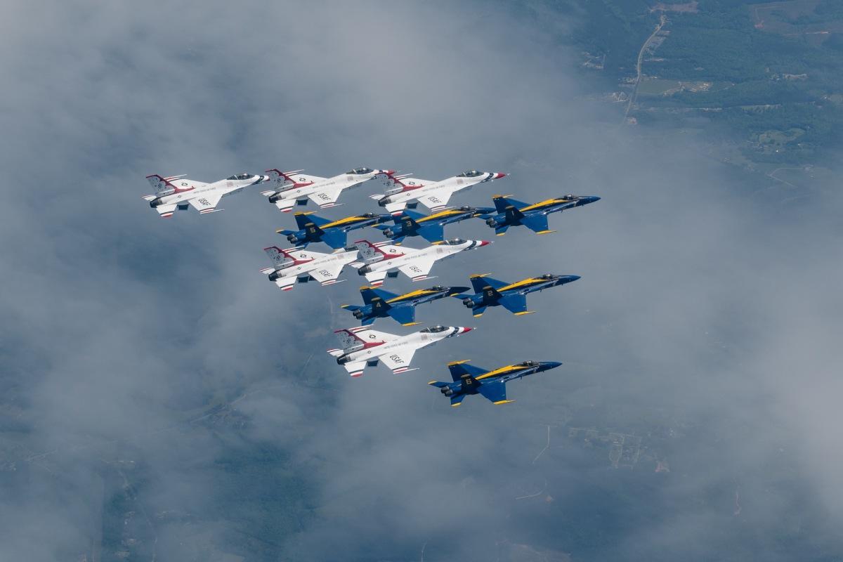 ニュース画像 1枚目:上空を展示したブルーエンジェルズとサンダーバーズ