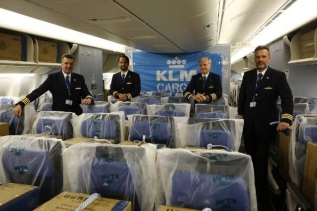 ニュース画像 1枚目:客室内に貨物を搭載したKLMの777-300