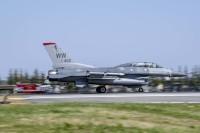 ニュース画像:横田基地、F-16でBAK-12航空機着陸拘束装置の年次認証試験