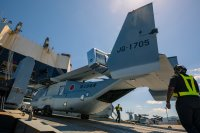 ニュース画像:陸自オスプレイ2機、日本初上陸 岩国に到着