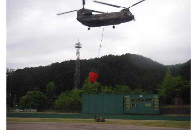 ニュース画像 1枚目:消火バケット装着後、離陸するCH-47