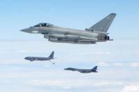 ニュース画像 2枚目:タイフーンFGR、空中給油でサポートするKC-135RとB-1Bランサー