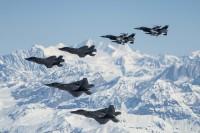 ニュース画像:アラスカの空を飛ぶアグレッサーと第5世代ファイター