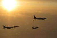 ニュース画像 1枚目:護衛するタイフーンと給油するKDC-10、B-1B