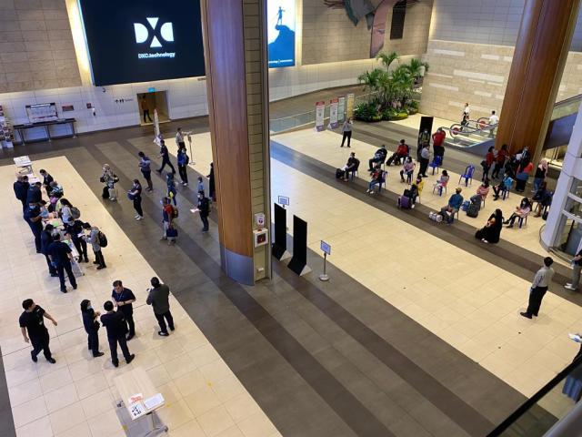 ニュース画像 1枚目:入国審査を待つ人々