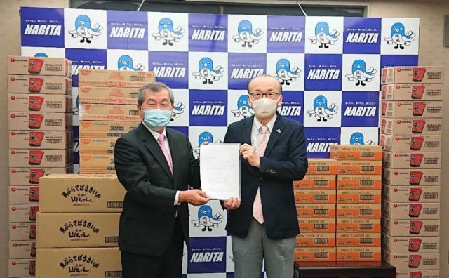 ニュース画像 1枚目:小泉成田市長(右)とピーチの成田オペレーションサポート富永センター長(左)