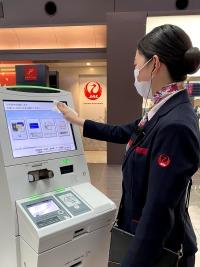 ニュース画像:JAL、カウンターに消毒液設置で利用者が消毒・除菌できる環境作り