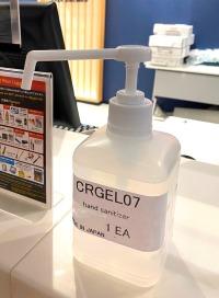 ニュース画像 2枚目:カウンターに設置された消毒液