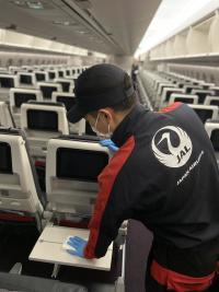ニュース画像 3枚目:機内の消毒作業
