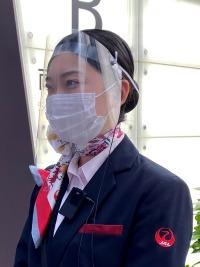 ニュース画像 6枚目:マスク・フェイスガード着用で対応するスタッフ