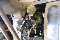 陸自、第15ヘリコプター隊のUH-60JAがドアガン射撃訓練を実施の画像