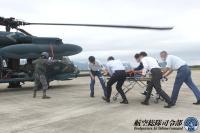ニュース画像:芦屋救難隊、防府北基地でCOVID-19感染症患者搬送機材の搭載訓練