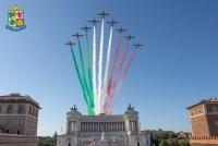ニュース画像:フレッチェ・トリコローリ、抱擁のための3色をローマの大空に描く