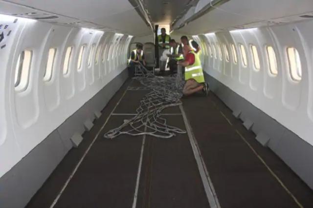 ニュース画像 1枚目:座席が撤去された機内