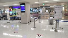ニュース画像 1枚目:到着口に設置されたセルフ検温計