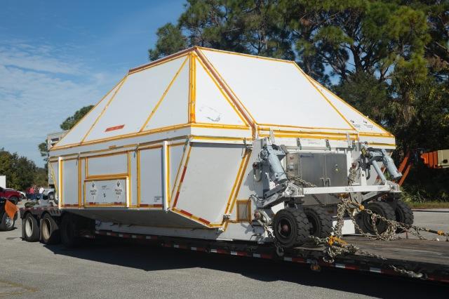 ニュース画像 1枚目:専用の容器に入れられて陸送されるオライオン宇宙船