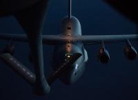 ニュース画像:C-17A、夜間にKC-135と空中給油訓練を実施