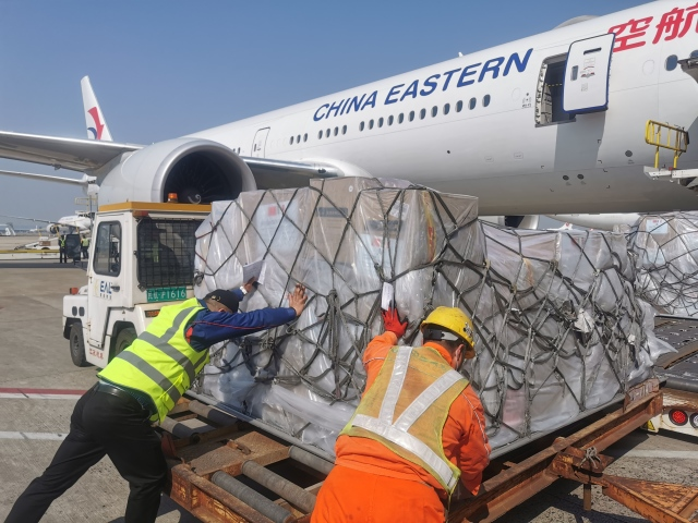 ニュース画像 1枚目:中国東方航空が貨物を搭載する様子