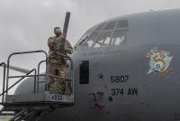 ニュース画像:横田基地の第374空輸航空団、新司令官を迎える