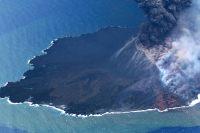 海上保安庁、上空から西之島の火山活動観測 中央火口が南西方向に拡大の画像