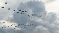 ニュース画像:アメリカ陸軍空挺部隊がグアムに空挺降下