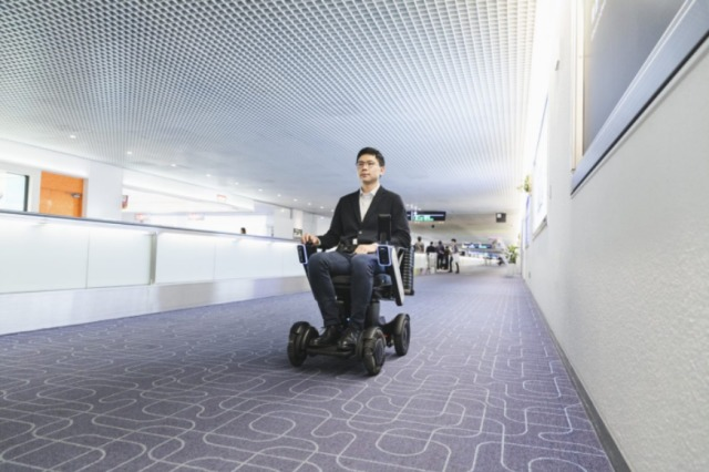 ニュース画像 1枚目:JALが導入した自動運転車いすサービス