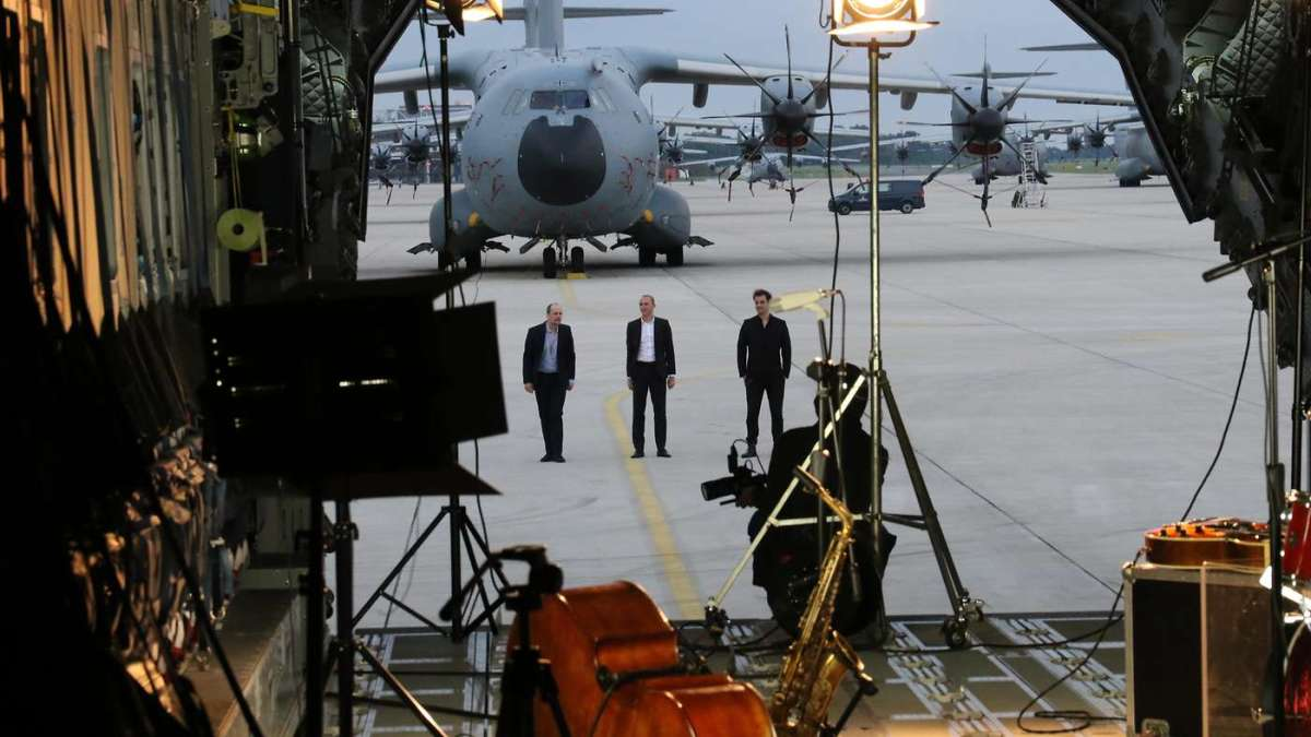 ニュース画像 1枚目:レコーディングに臨むピュア・デスモンドとA400M
