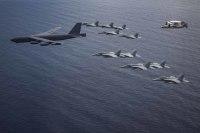 B-52H、F/A-18Fなど空母打撃群と南シナ海で航空作戦 の画像
