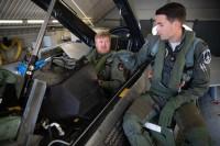 ニュース画像 2枚目:飛行前に確認するオランダ・アレクサンダー国王(左)
