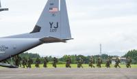第374空輸航空団と第1空挺団が空挺降下訓練の画像