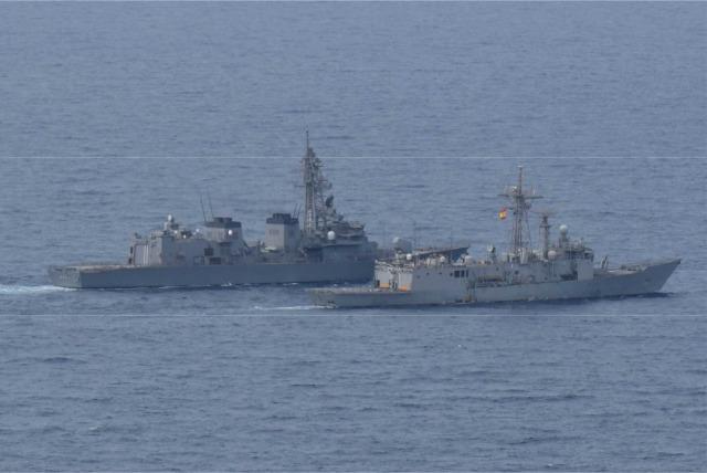 ニュース画像 1枚目:スペイン海軍「SANTA MARIA」と近接運動を行う「おおなみ」