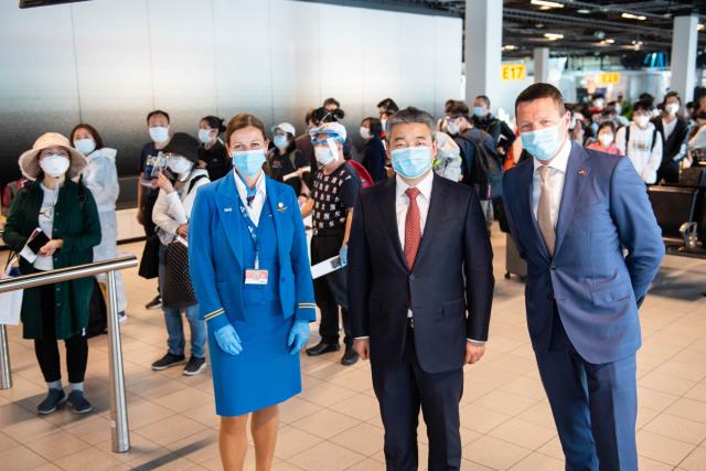 ニュース画像 1枚目:上海への初便を見送る中国大使館のZhang Guosheng経済参事官とピーター・エルバース代表取締役社長兼CEO