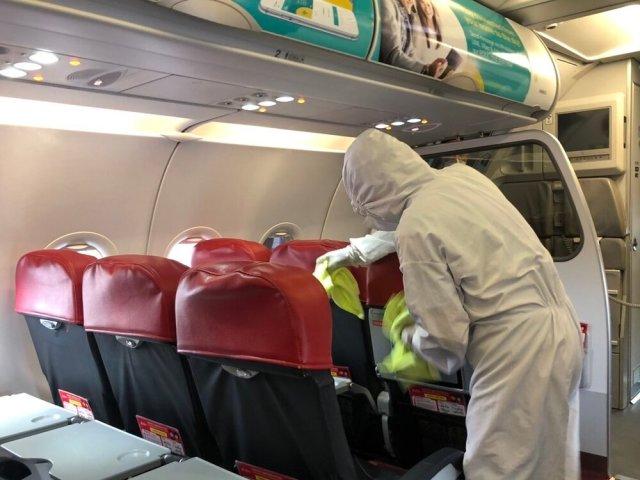 ニュース画像 1枚目:機内の清掃・除菌の様子