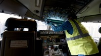 ニュース画像:コクピットのコロナ予防策、紫外線照明機器で殺菌 ユナイテッド航空