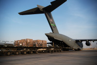 ニュース画像:アメリカ空軍、人道支援物資をC-17Aでベイルートに空輸