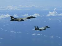 B-1Bランサーと空自戦闘機、統合訓練の画像