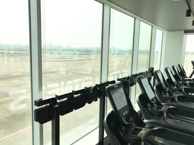 ニュース画像 1枚目:滑走路を見渡せる福岡空港ANYTIME FITNESS店