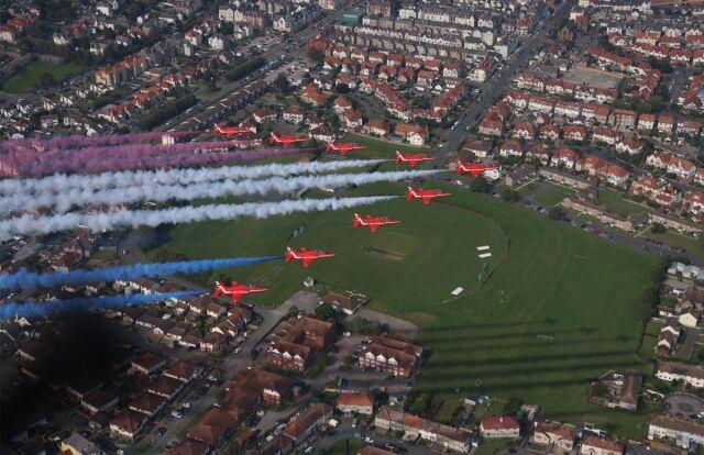 ニュース画像 1枚目:スランディドノ上空を飛行するレッドアローズ