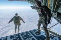 ニュース画像:横田基地、C-130Jで人員降下訓練 8月24日から28日