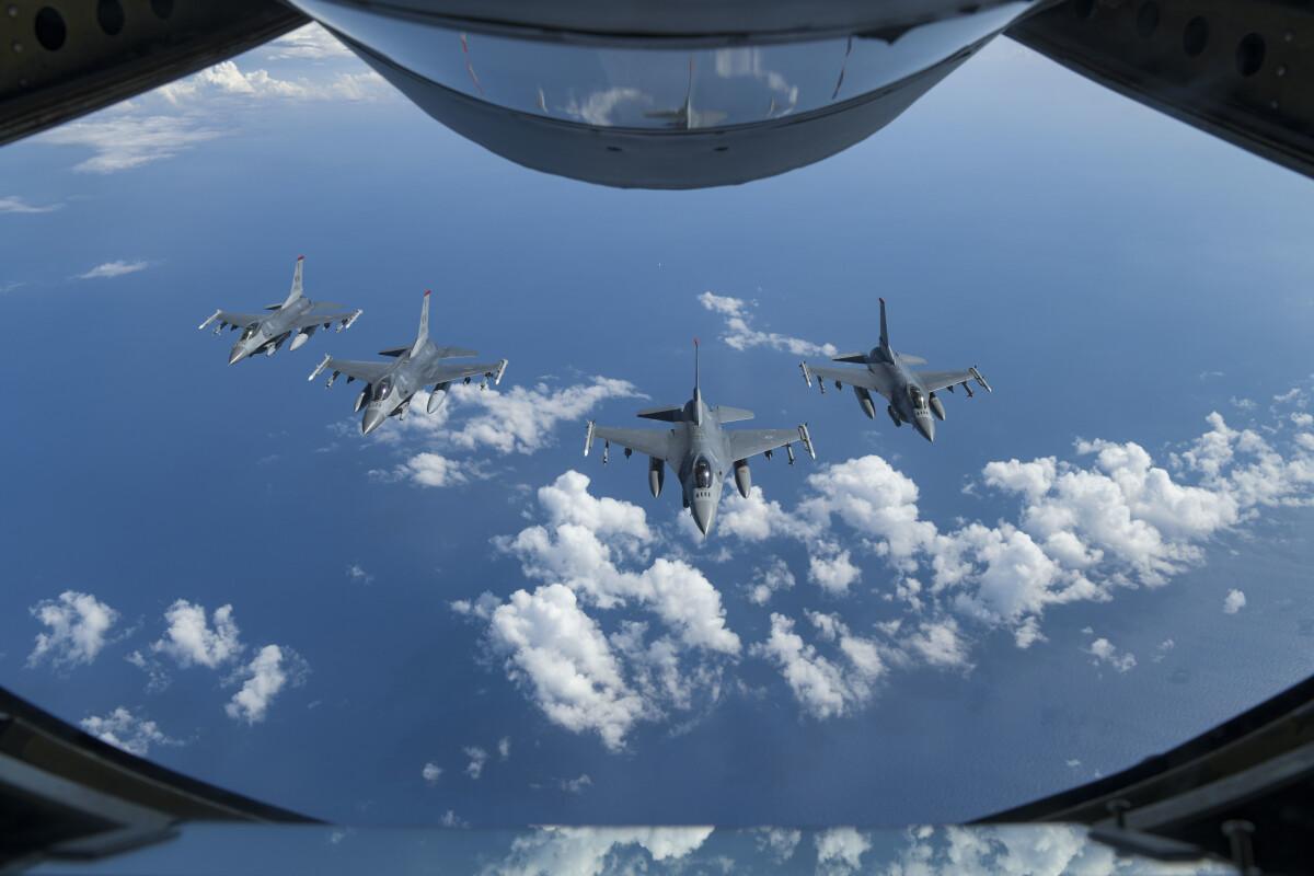 ニュース画像 1枚目:KC-135からF-16を臨む
