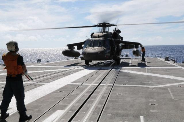 ニュース画像 1枚目:ブラックホーク発着艦訓練の様子
