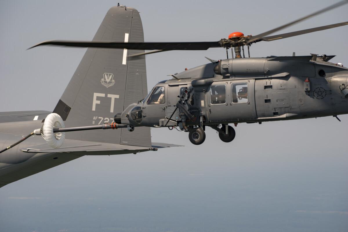 ニュース画像 1枚目:エアシュートが付いたドローグからHH-60Wのプローブで給油を受ける拡大写真