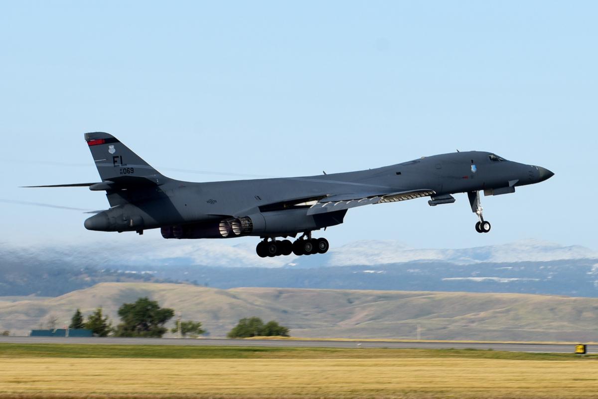 ニュース画像 1枚目:離陸するB-1B