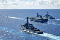 ニュース画像 3枚目:先にアメリカ海軍の潜水艦、続くいせ