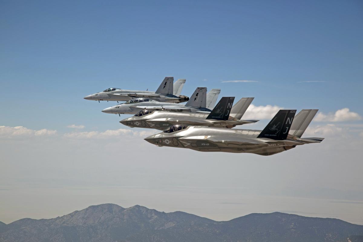 ニュース画像 1枚目:最新のF-35CとF/A-18E/F
