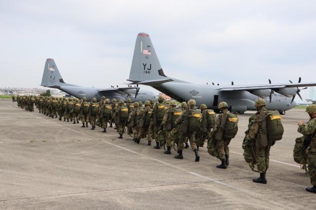 ニュース画像 1枚目:厚木航空基地で空挺団がC-130Jに搭乗