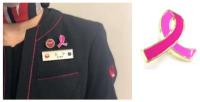 JAL、乗務員がピンクリボンバッジ着用 乳がん啓発月間での画像